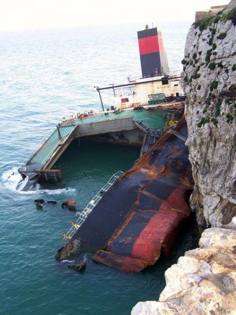 Barco destrozado al chocar contra el Peñón de Gibraltar por culpa del temporal. Lorenzo RAMET.