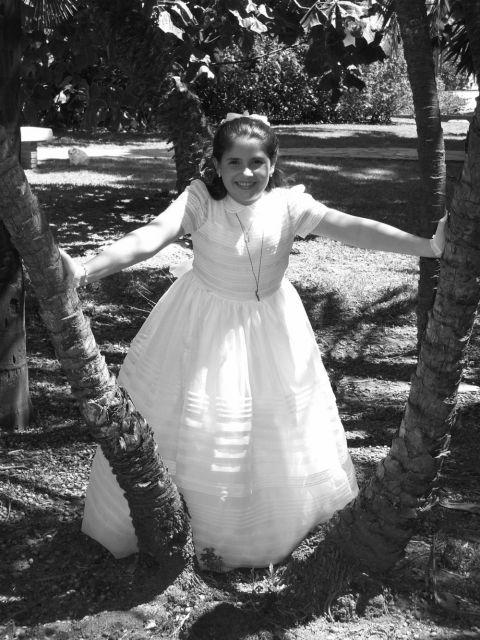 una niña feliz tras su 1 comunion