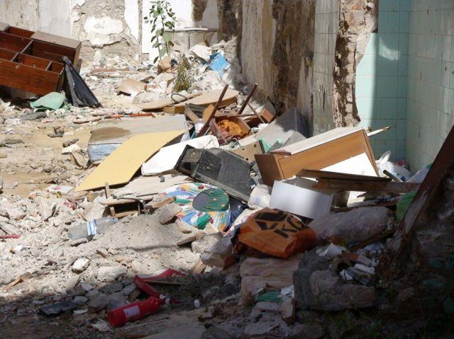 Escombrera, muebles viejos, basura en general en C/ Lagunillas Nº 5