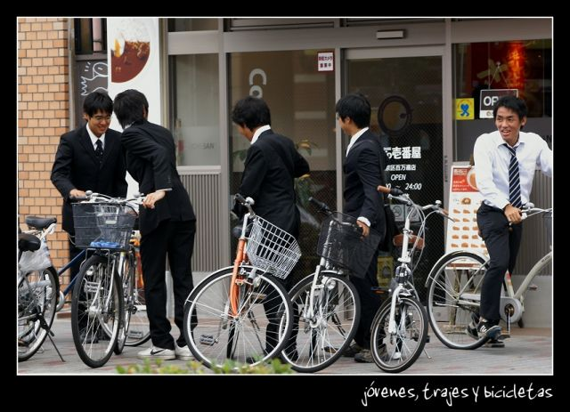 Juventud, trajes y bicicletas