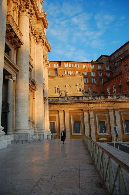 las primeras luces del dia en la ciudad del vaticano