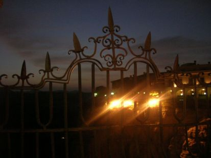La noche enrejada de la serranía