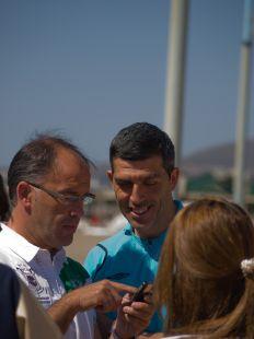 Muñiz, rodeado de seguidores del Málaga