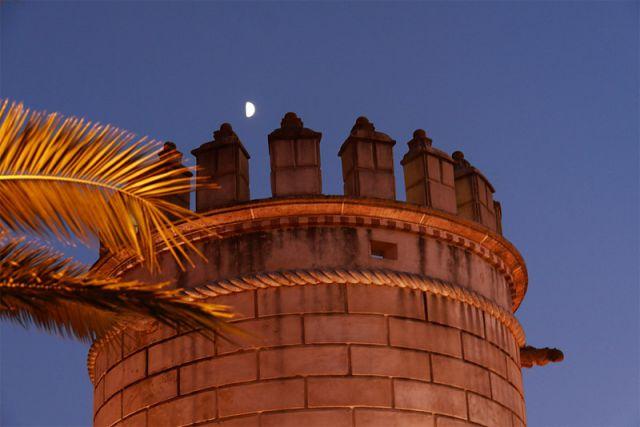 La luna sobre la torre
