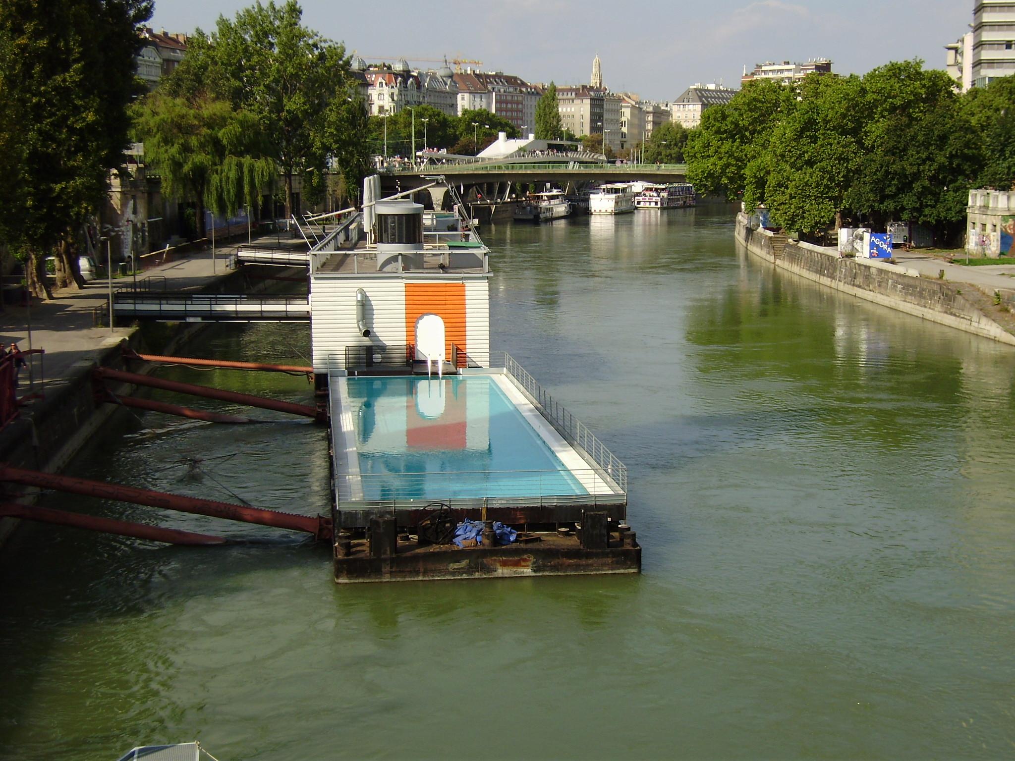 Piscina en el canal del danubio en viena fotos de otras for Piscina de canal