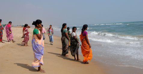 Rezando frente al mar de Bengale