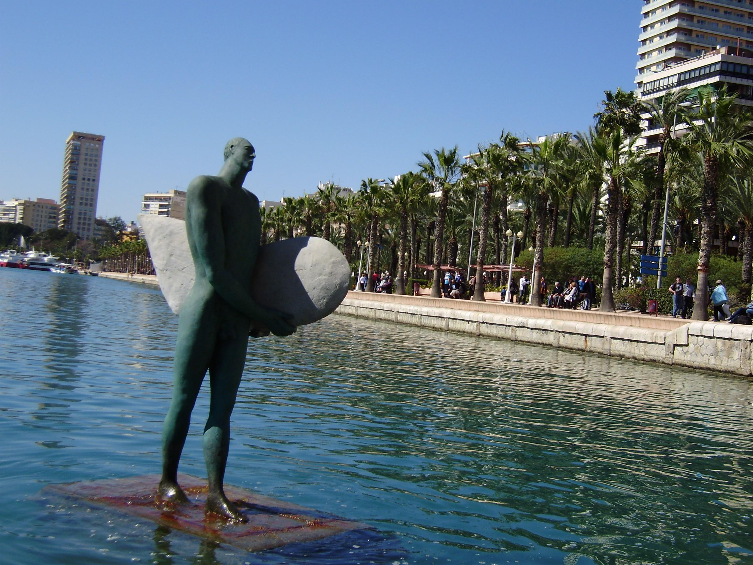 Escultura en las aguas del puerto de alicante fotos de costa for Empresas de desatascos en alicante