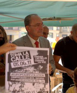 Nuestro alcalde con los indignados