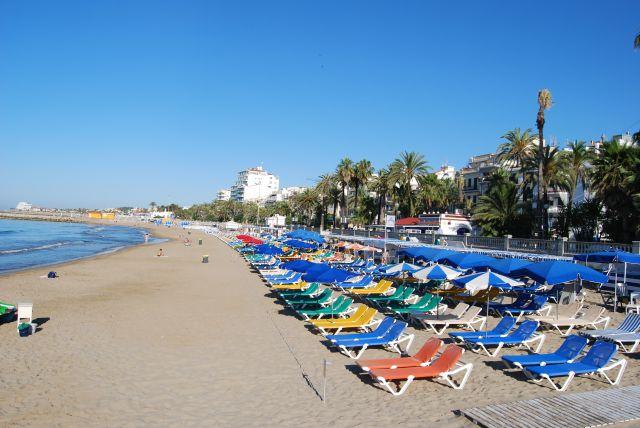 Tumbonas en la playa de sitges fotos de costa for Tumbonas playa baratas