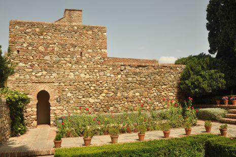 puerta y jardines