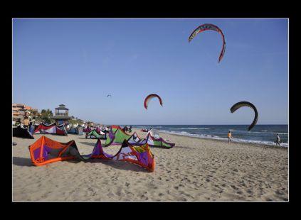 los windsurfistas que surcan nuestras aguas.