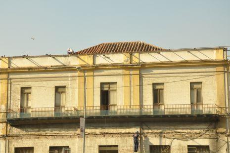 obrero en el tejado