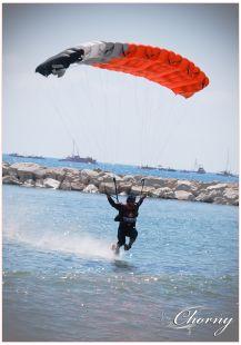 Paracaidista sobre el agua
