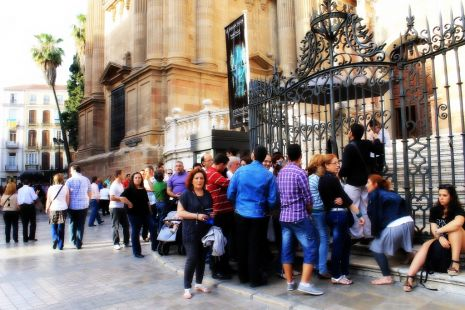 Cola  en la Catedral para ver la Sabana Santa