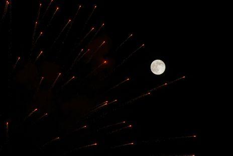luna y fuegos artificiales
