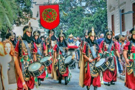tropas moras bajando de la alcazaba
