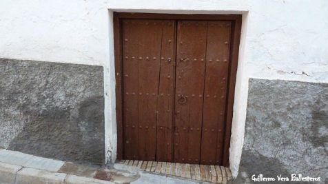 una puerta antigua de madera